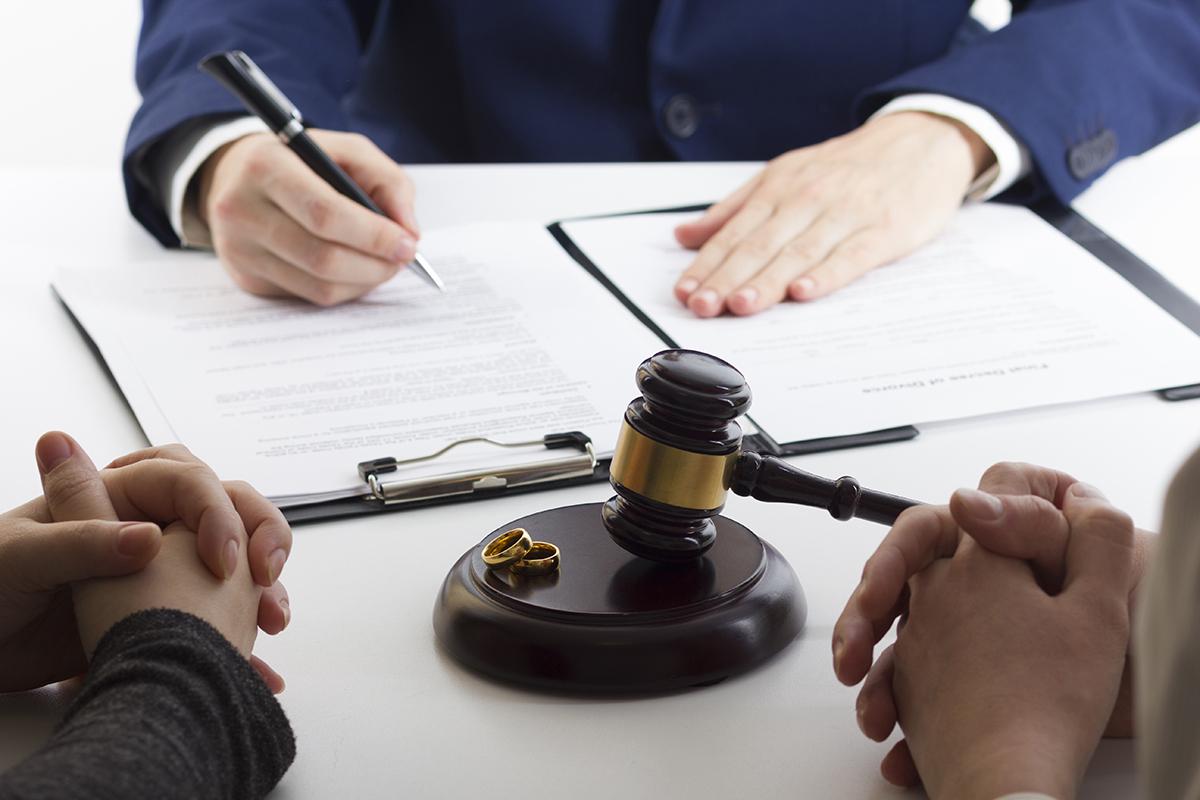 Engager un notaire ou un avocat pour dissoudre une union civile?
