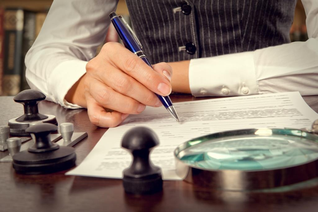 Notaire verifie prepare document