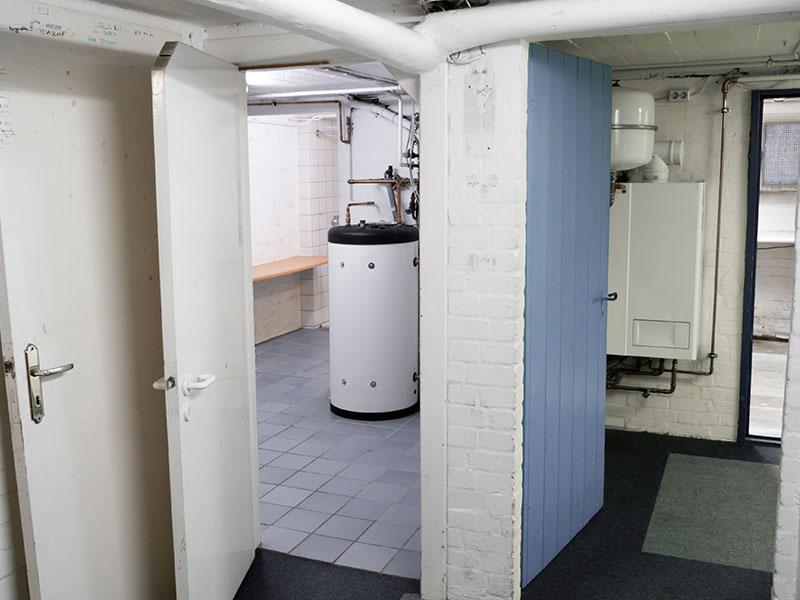 Image d'un sous-sol rénové qui a beaucoup d'espace.