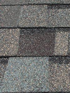 Des bardeaux en asphalte sont une bonne option pas trop chère pour une toiture posée avec un couvreur.