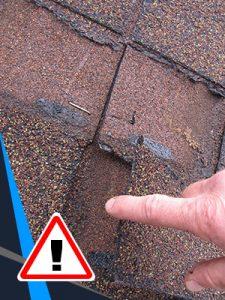 Des bardeaux qui sont déplacés sont un signe que la toiture doive se faire rénover.