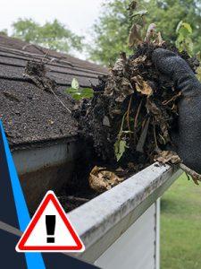 Des gouttières qui sont pleines de débris disent haut et clair que la toiture est due pour être changée.