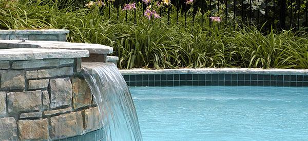 Une piscine avec jet d'eau ou une chute va rendre l'expérience intéressante.