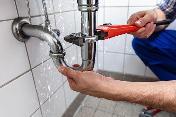 plombier-reparation-drain-tuyau-bouche-coule