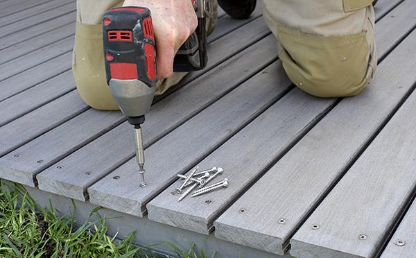 Les avantages de faire construire un patio ou une galerie en composite